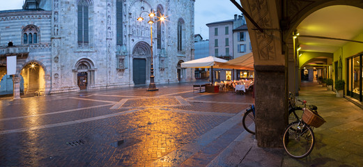Fototapete - Como - The porticoes and portal of Duomo at dusk.