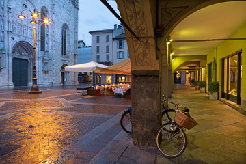 Fotomurales - Como - The porticoes and portal of Duomo at dusk.