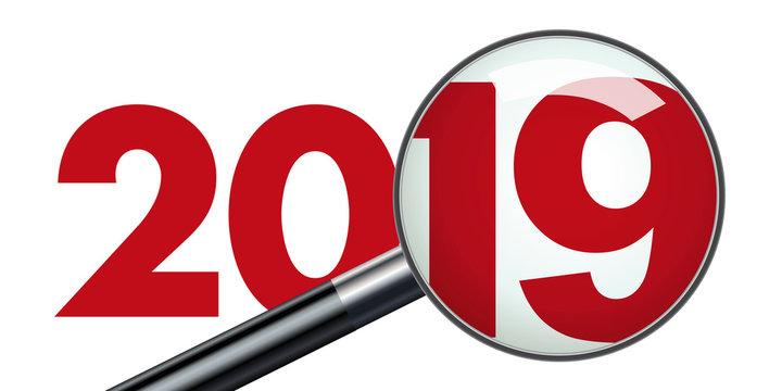 Concept de présentation d'un bilan d'entreprise pour l'année 2019 qui est vu au travers d'une loupe pour symboliser le travail d'analyse