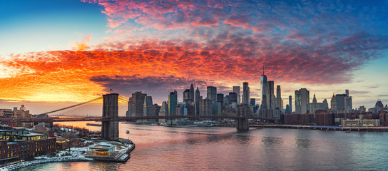 Fototapete - Panoramic view on Brooklyn bridge and Manhattan at vibrant sunset, New York City