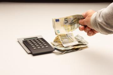Fototapeta Calculando la finanzas, los beneficios y las pérdidas de la empresa; ajustando gastos para pagar los intereses bancarios; préstamos bancarios.