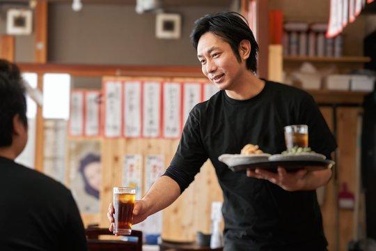 居酒屋で働く男性の求人イメージ