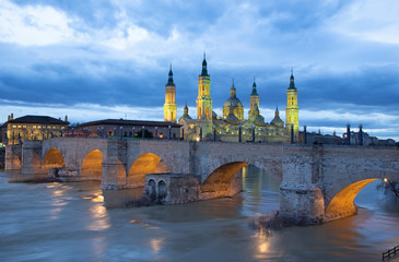 Wall Mural - Zaragoza - The bridge Puente de Piedra and Basilica del Pilar at dusk.