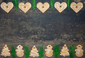 Fototapeta Bożonarodzeniowe drewniane tło z piernikami i zielonymi gałązkami obraz