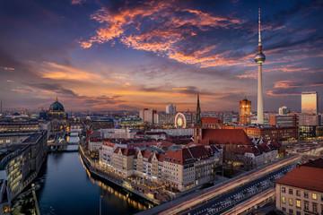 Zelfklevend Fotobehang Berlijn Panorama der Skyline von Berlin, Deutschland, bei Sonnenuntergang mit dem Fluss Spree, Berliner Dom und Alexanderplatz