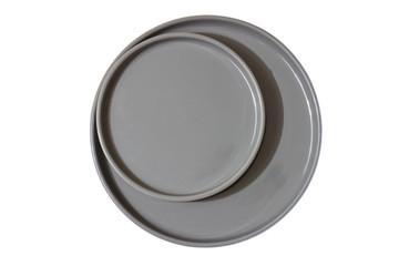 Graue Teller von oben auf weißen Hintergrund