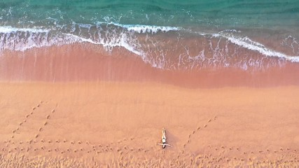 Fototapete - Tourist girl in bikini lying on beach