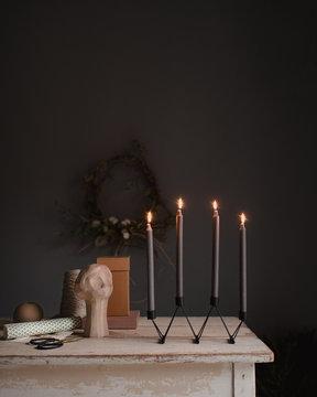 Vierter Advent mit vier angezündeten Kerzen am modernen Adventskranz