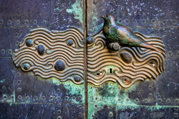 halle saale, deutschland - uralter türknauf am portal der ulrichskirche