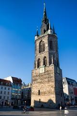 halle saale, deutschland - mittelalterlicher roter turm auf dem marktplatz
