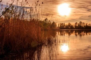 Fototapeten Violett rot Sonnenuntergang am See