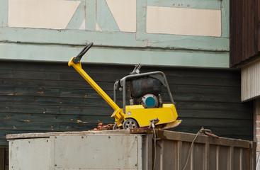 Ein Sandrüttler auf einem Werkzeugcontainer