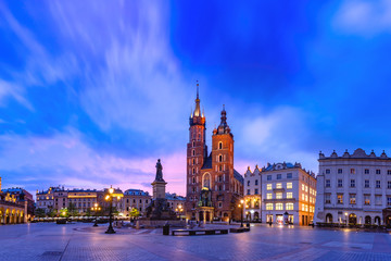 Autocollant pour porte Cracovie Medieval Main market square with Basilica of Saint Mary and Cloth Hall in Old Town of Krakow at sunrise, Poland