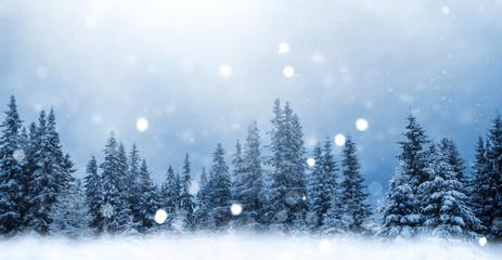 Foto auf Leinwand Himmelblau Märchenhafte Winterlandschaft, schneebedeckter Wald ,it fdfallenden Schneeflocken, für Weihnachtskarte, Neujahrsgrüsse, Winterhintergrund