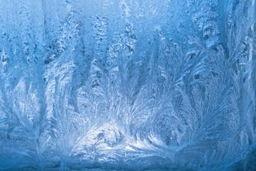 Bizarre Eisblumen am Fenster