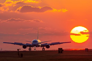 Foto op Plexiglas Vliegtuig 最高に美しい夕日空と飛行機 The most beautiful sunset sky and airplane