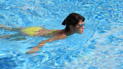 Fototapete - Woman swimming in the poolin the Swimming pool