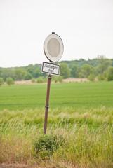 Ausgeblichenes Verkehrsschild - Durchfahrt verboten - mit Zusatzschild - Anlieger frei