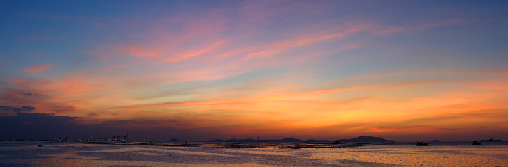 Panoramic view of dramatic twilight sky at sea with Si chang island background Fototapete