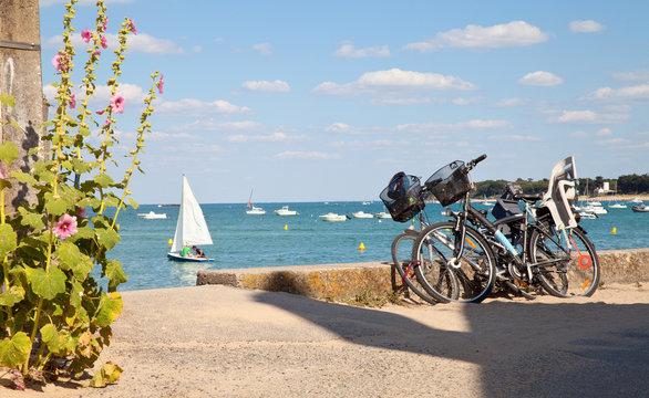 Vélo sur la plage de l'île de Noirmoutier en Vendée. France