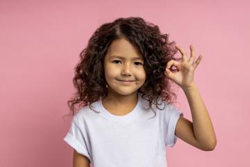 Portrait of a pretty curly little girl Fototapete