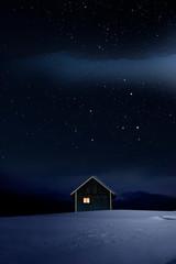 Wall Mural - Weihnachtlich beleuchtete Hütte in Kalter Winternacht mit Sternenhimmel