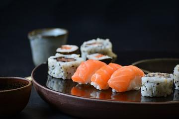 Sushi. Comida japonesa, niguiri, salmão, atum, skin