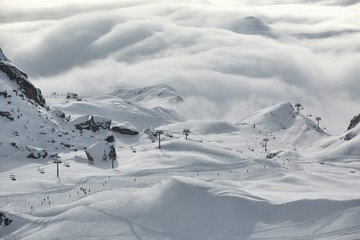 Fototapete - Skiing slopes in the French Alpes above the clouds, Paradiski, Les Arcs