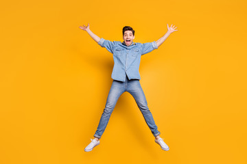 Full length body size photo of cheerful positive crazy overjoyed man shouting yes yeah in white t-shirt isolated vivid color background Fotobehang