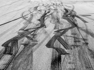 Spuren von Reifen Abnützung auf einer Straße