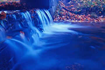 Türaufkleber Dunkelblau small waterfall on a creek autumn landscape in a park water