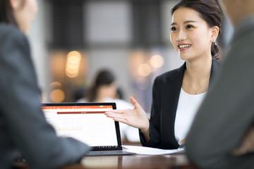 テラスで商談をするビジネス女性
