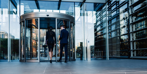 Formal colleagues entering office building Fotomurales