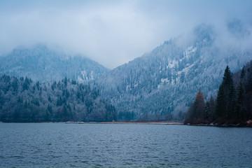 Fotobehang Canada Wolken und Schnee am See in den Bergen