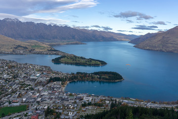 Foto auf AluDibond Neuseeland Looking down at Queenstown with beautiful lake from top of Ben Lomond mountain