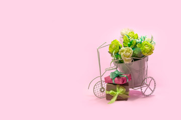 Photo sur Aluminium Velo Retro bicycle with pot of bouquet flowers and gift boxes on pink background, copy space. Concept for Valentine's day, mother's day, wedding card and women's holiday