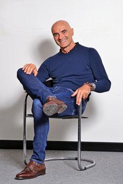 Hombre relajado sereno sentado en una silla