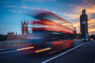 Foto auf Leinwand London roten bus London. Classic red double decker bus crossing Westminster Bridge at sunset.