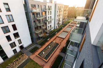 Fototapeta Widok z balkonu na nowoczesne osiedle i podwórko obraz