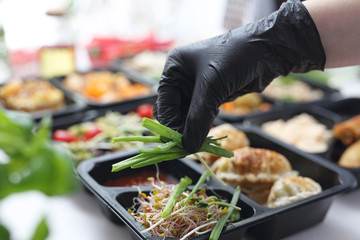 Meal prep containers, the chef prepares a meal in a boxed diet delivered to order. Papier Peint