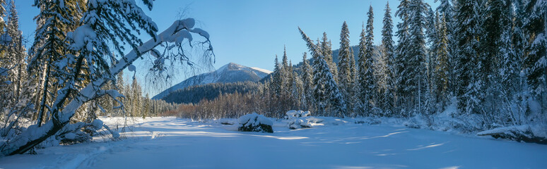 Foto auf Acrylglas Blau Jeans Panoramic view of a mountain valley. Winter forest, snowy trees. Wild place in Siberia.