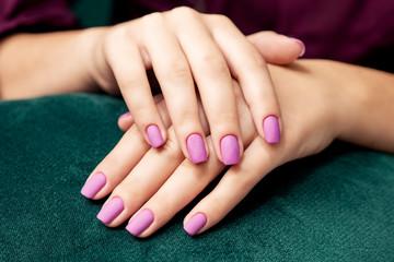 Photo sur Plexiglas Manicure Perfect purple matte manicure on the woman's nails, close up.
