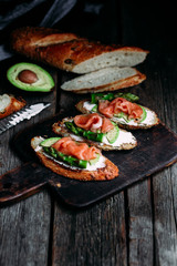 Spoed Fotobehang Voorgerecht Sandwich with cream cheese, avocado, asparagus and salted salmon