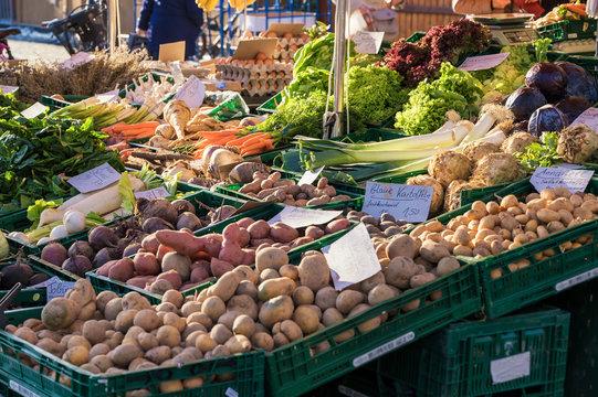 Obst- und Gemüsestand mit frischen Waren aus der Region und Preisschildern in deutscher Sprache
