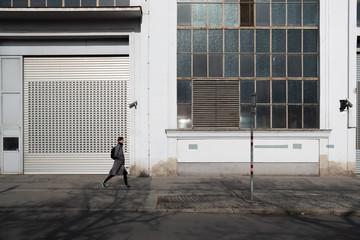 Woman tourist walking on sidewalk Fotomurales