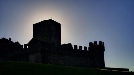 Château et donjon de Montebello en contrejour, Bellinzone, Tessin, Suisse