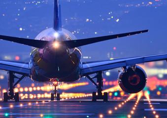 夜の滑走路で離陸する旅客機のクローアップ Fototapete