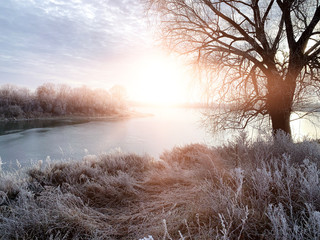 Photo sur Plexiglas Marron chocolat Winter landscape, landscape with a river and sunny sunset. Natural background, winter background.