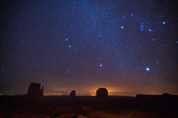 Türaufkleber Aubergine lila Monument valley at winter night