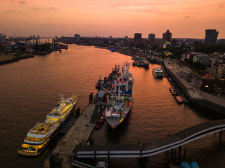 Poster de jardin Europe de l Est Aerial view of the Elbe River and ships in the city of Hamburg during sunset. Geramania in the summer